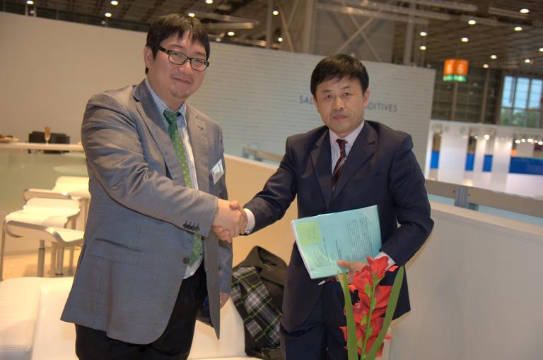 Songwonグループの会長 兼CEOおよび執行委員会ヘッドである朴 鍾昊(パク・ジョンホー)とTangshan Baifu Chemical社およびSongwon Baifu Chemicals (Tangshan)社の会長であるWeiqi Zhangは、2010年に硫黄系酸化防止剤の製造・販売に関する合弁事業の設立に合意した。 SongwonとTangshan Baifu Chemicalは、2012年7月1日に合弁事業Songwon Baifu Chemicals (Tangshan)社を発足させ、このほどチオエステル酸化防止剤の一貫製造体制が整ったことから本格的な操業を開始した。同社は年8,000トンのチオエステル酸化防止剤の製造能力を持つほか、主要中間体原料の製造も行い、Songwonが展開する世界的な一貫生産体制に統合される。 (写真提供:松原産業)