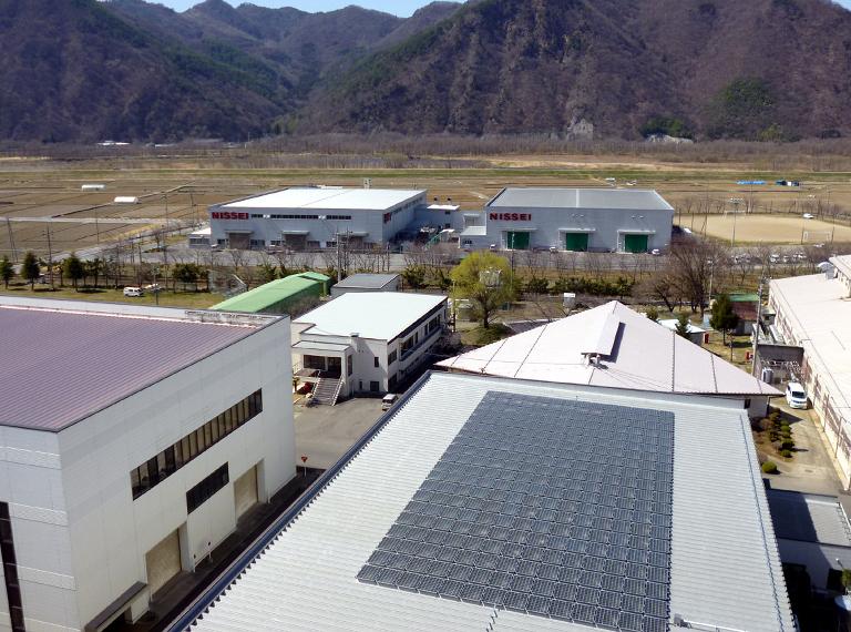一番奥の2棟が太陽光発電装置を設置する第7工場(左)と第8工場(右) 手前が2007年に設置した太陽光発電装置(成形技術センター屋上)